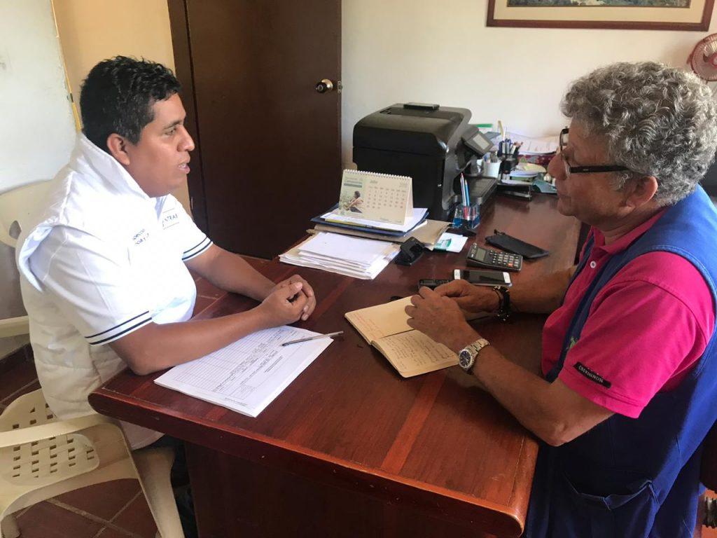 Gestor del Ministerio de trabajo,   dialogando con el director de la emisora Palma Stereo,  municipio de Hacarí en el departamento Norte de Santander
