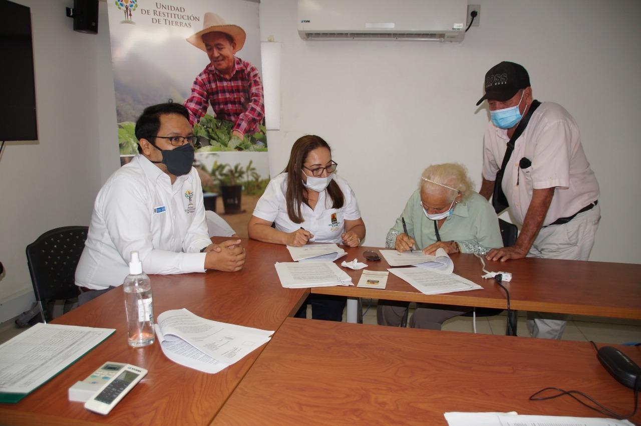 Seis Familias beneficiarias de restitución de tierras  firmaron contratos de comercialización de cacao